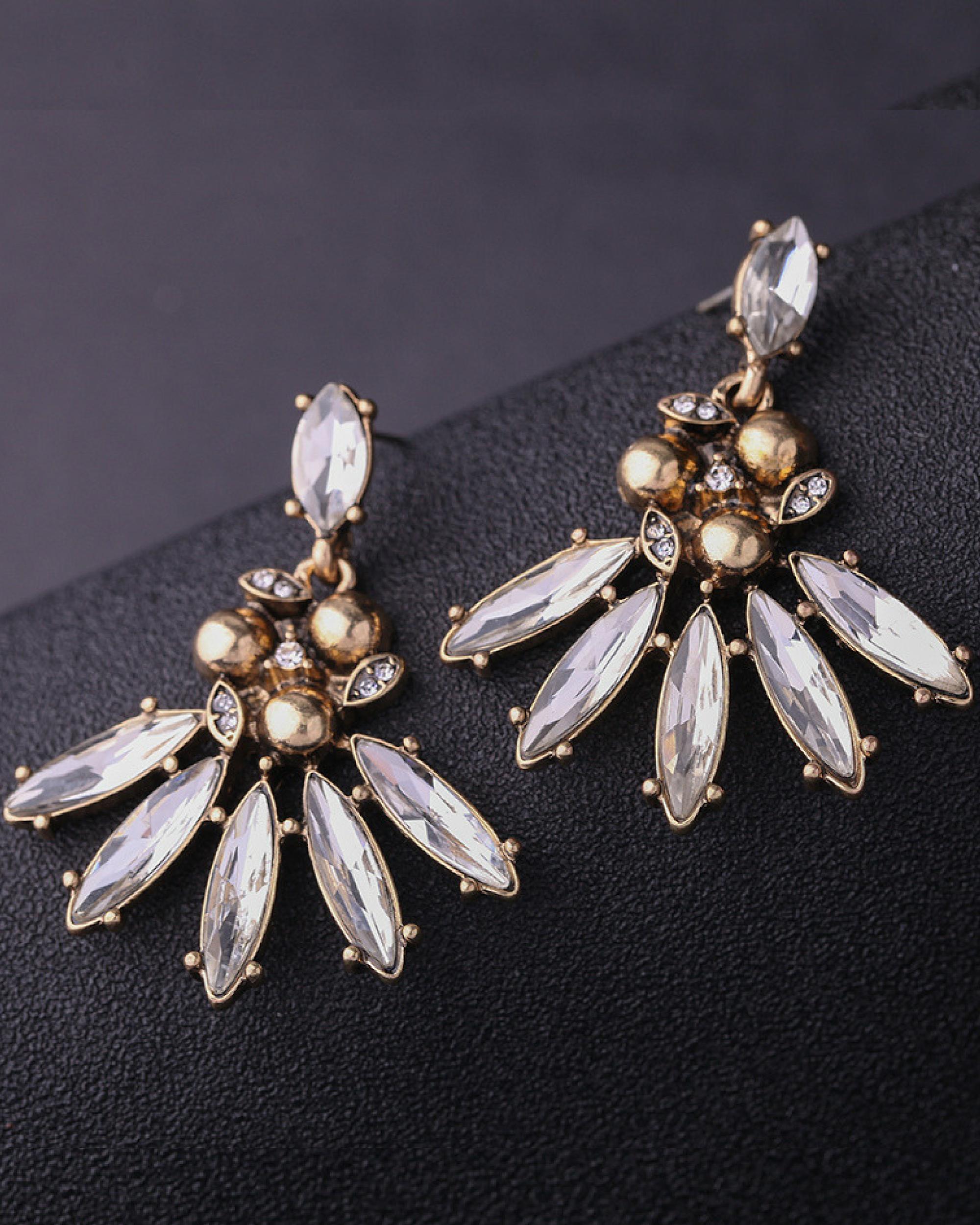 Catchy dangling earrings