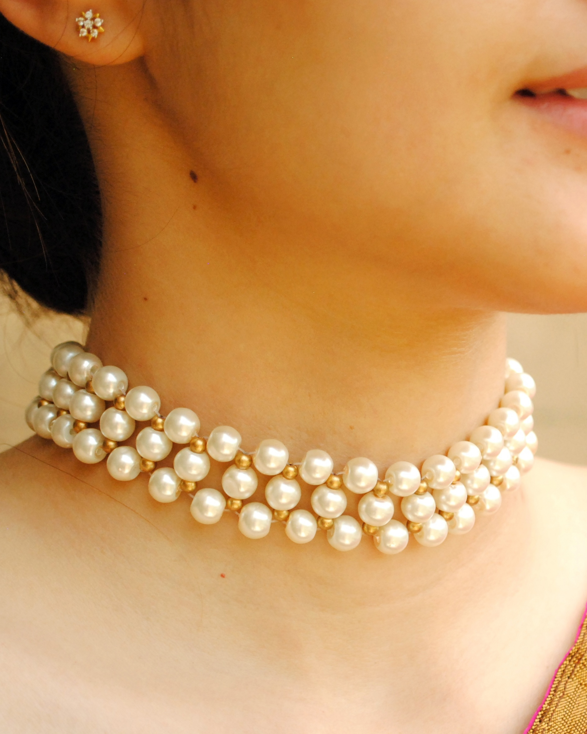 White and golden pearl choker