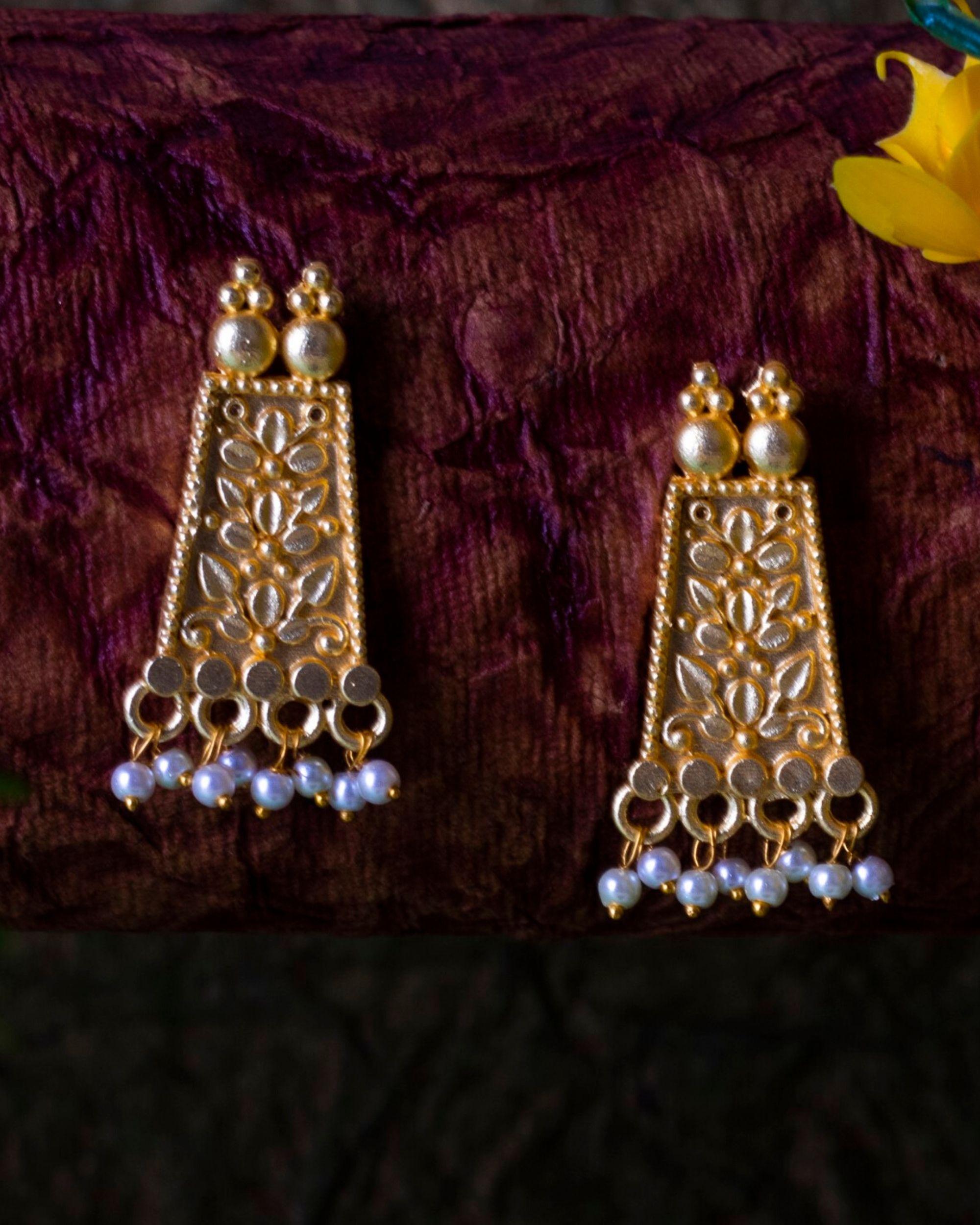 Floral pearl beaded earring