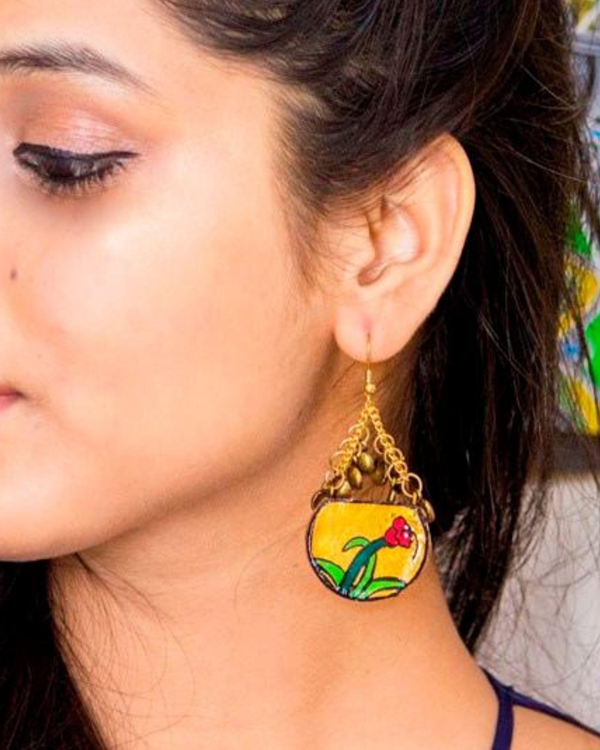 Flower motif dome earring