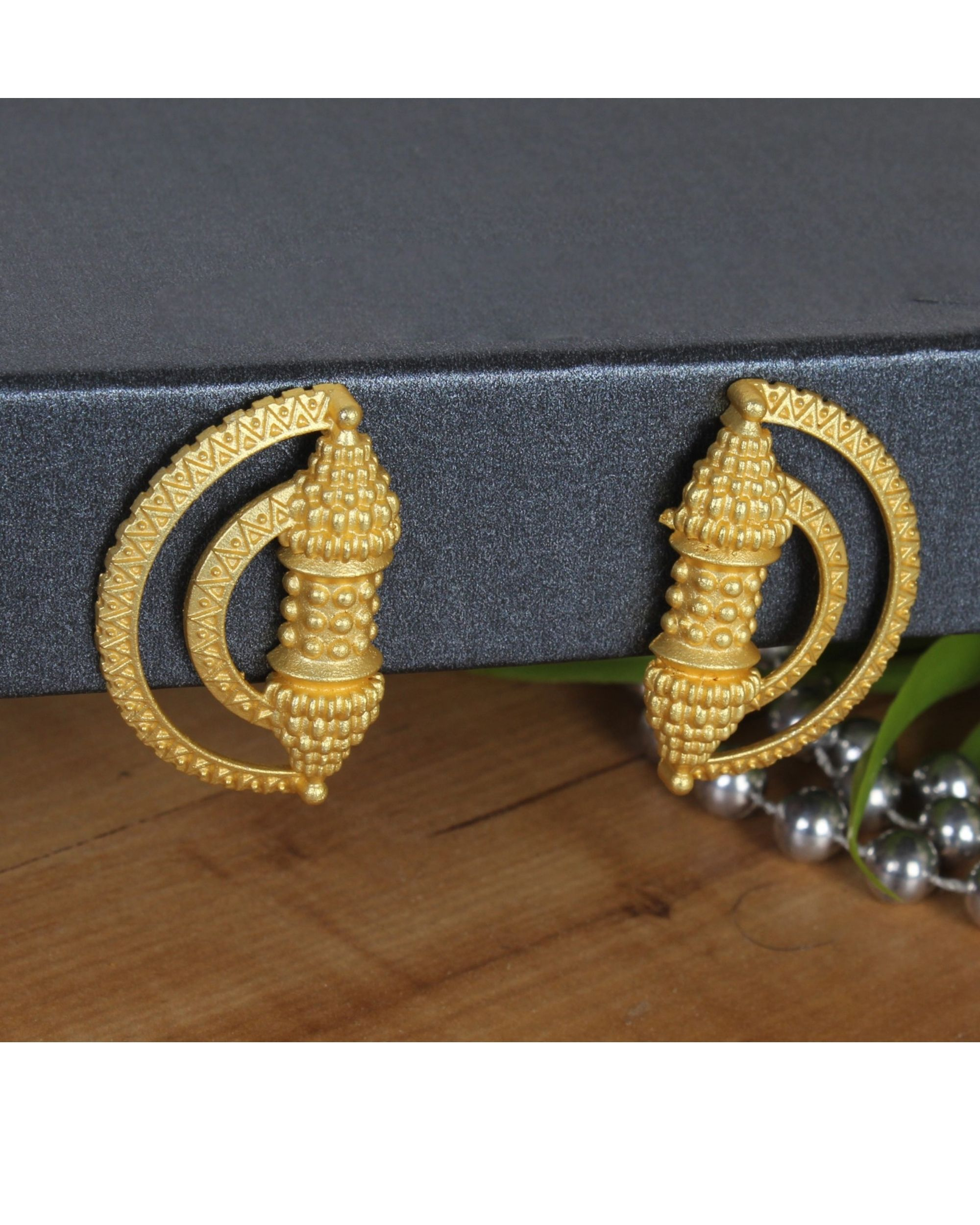 Arc shaped handcrafted earring