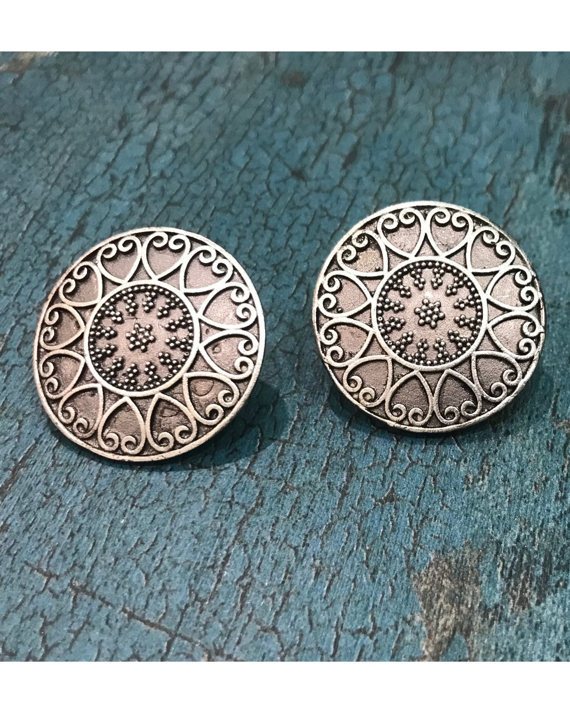 Floral oxidized round earring