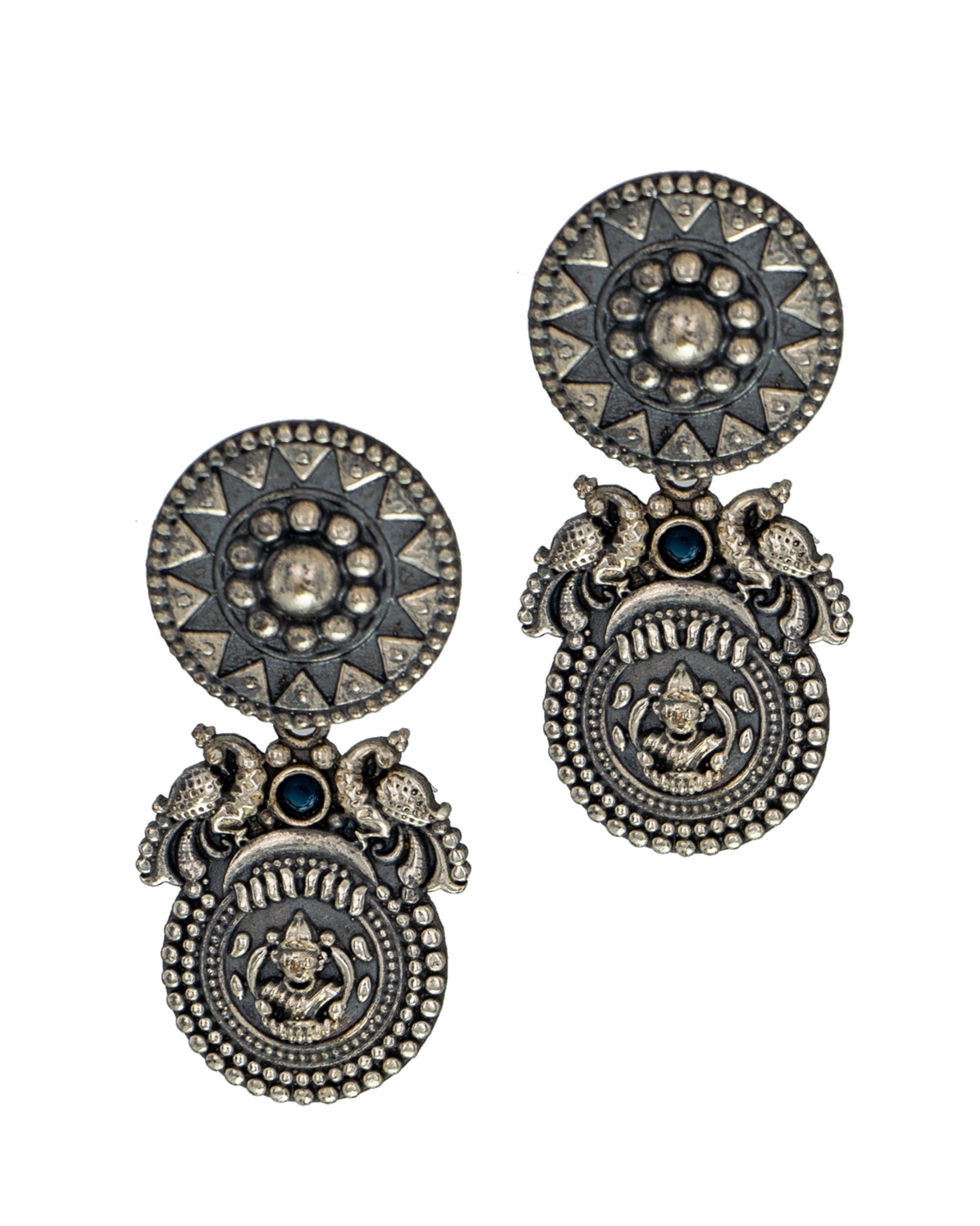 Antique motif tiered earring