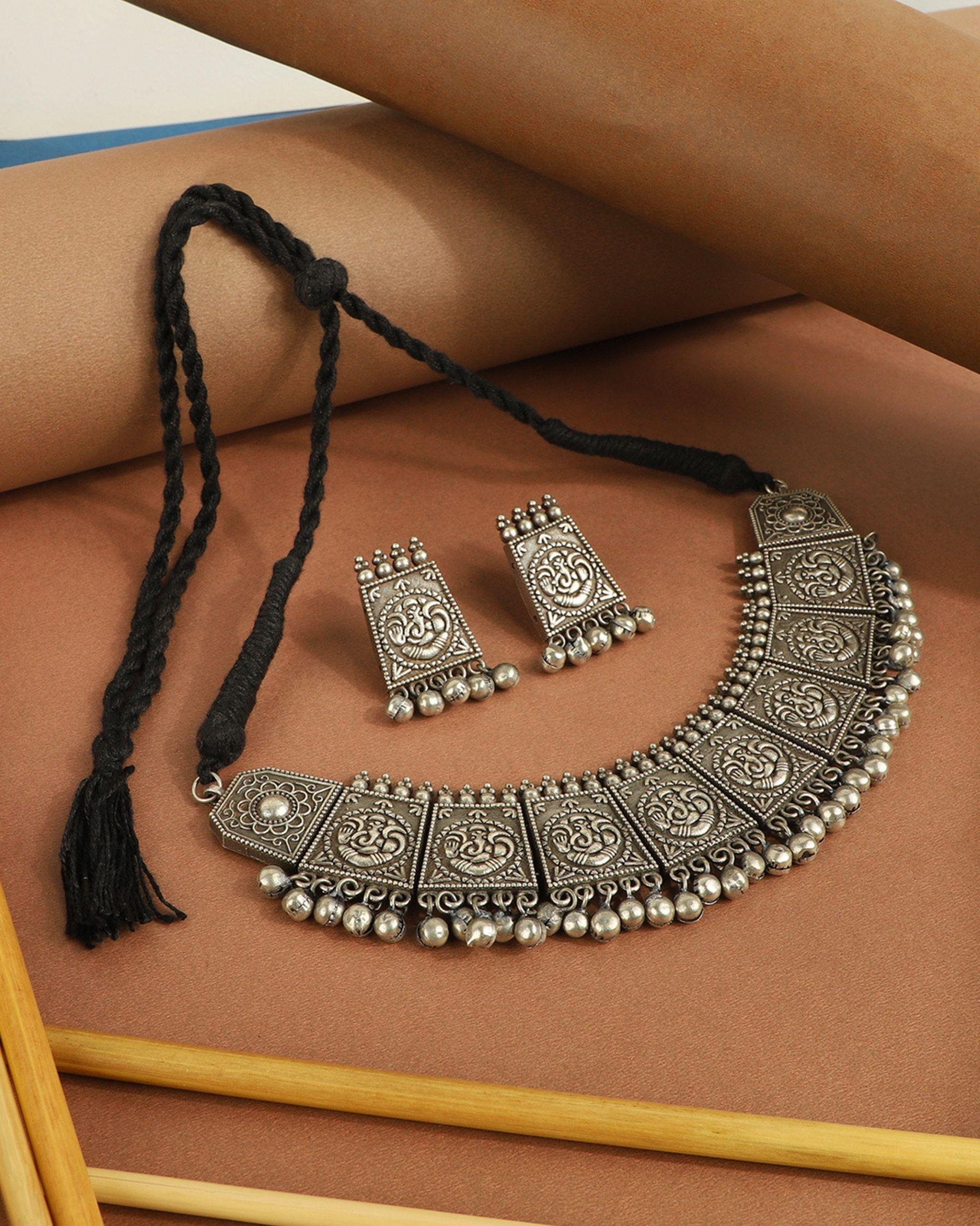 Engraved choker with earrings - set of two