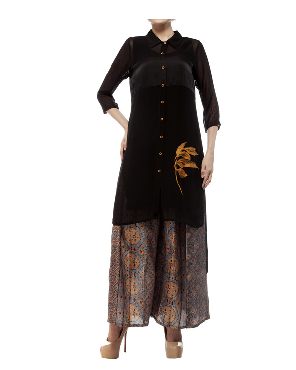 Black shirt with leaf embroidery