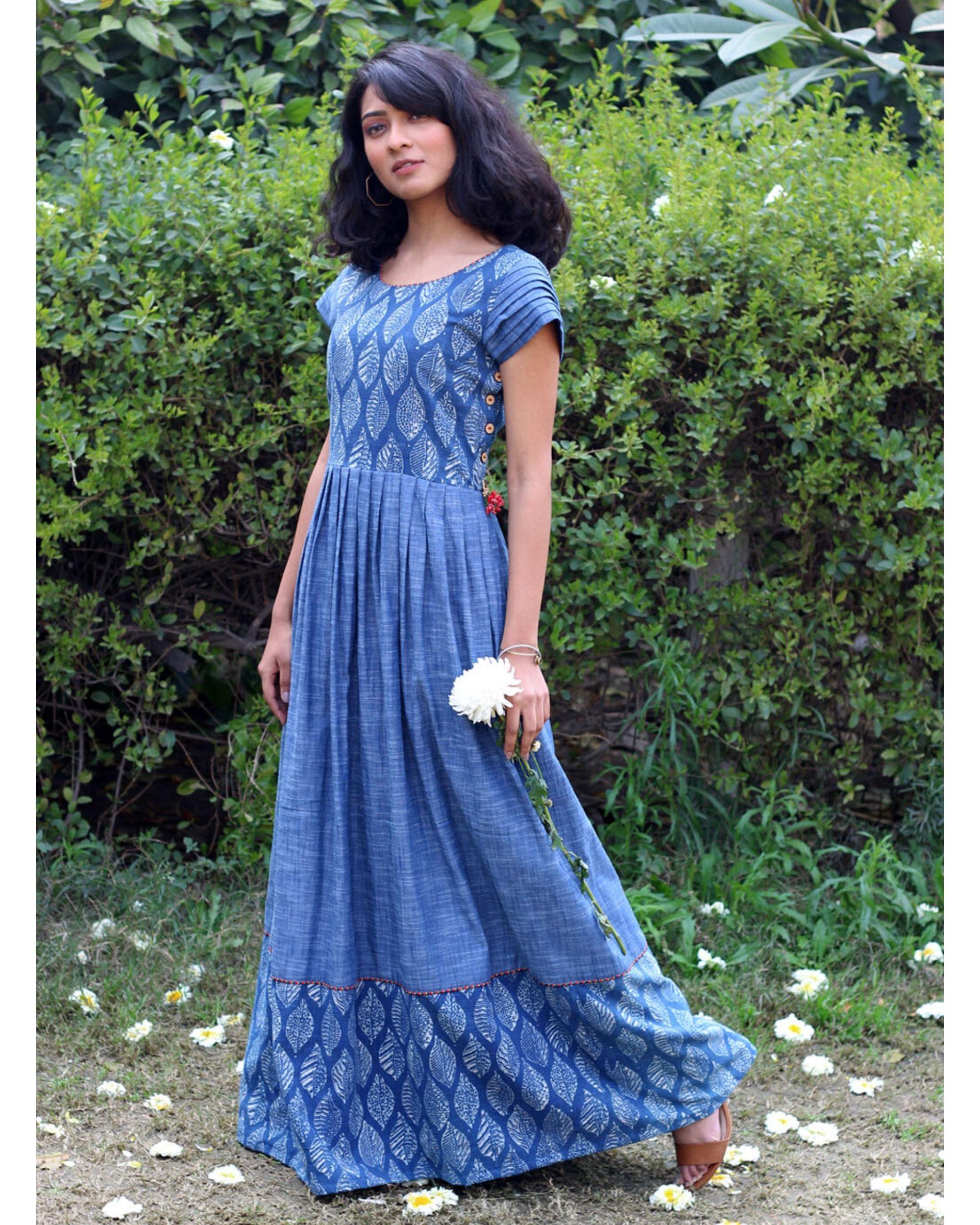 Blue leaf print pleated dress