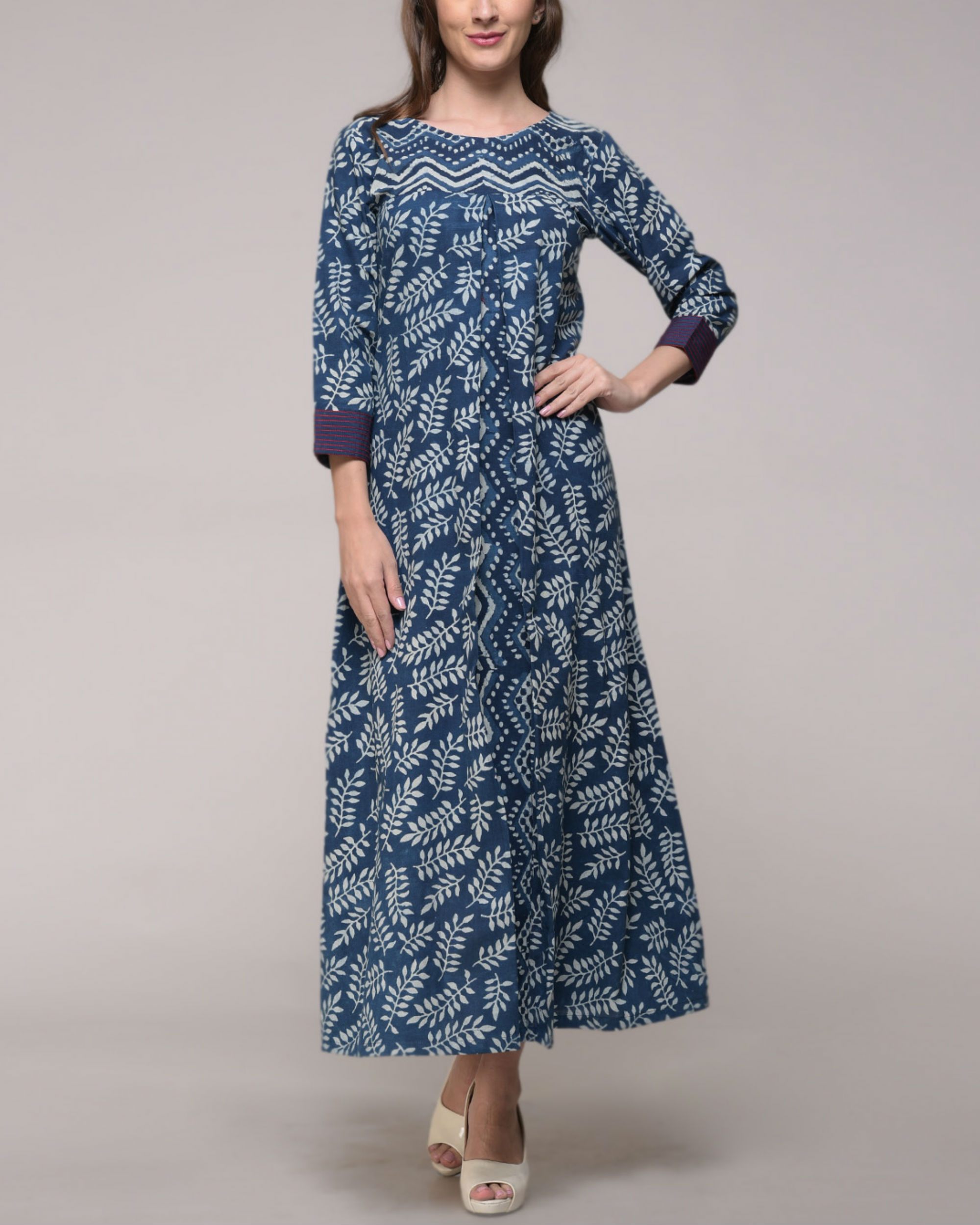 Leaf print pleated dress
