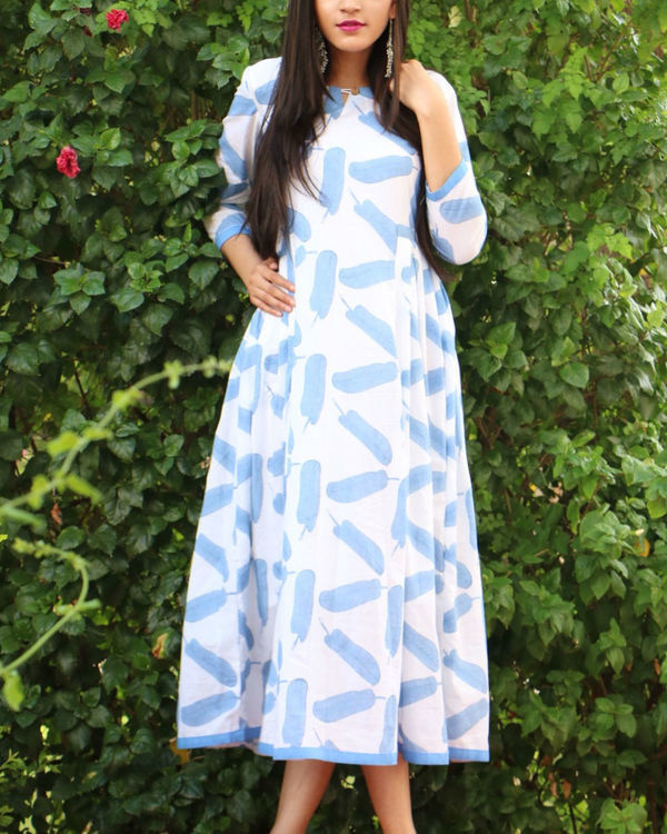 Feather print side pleated maxi
