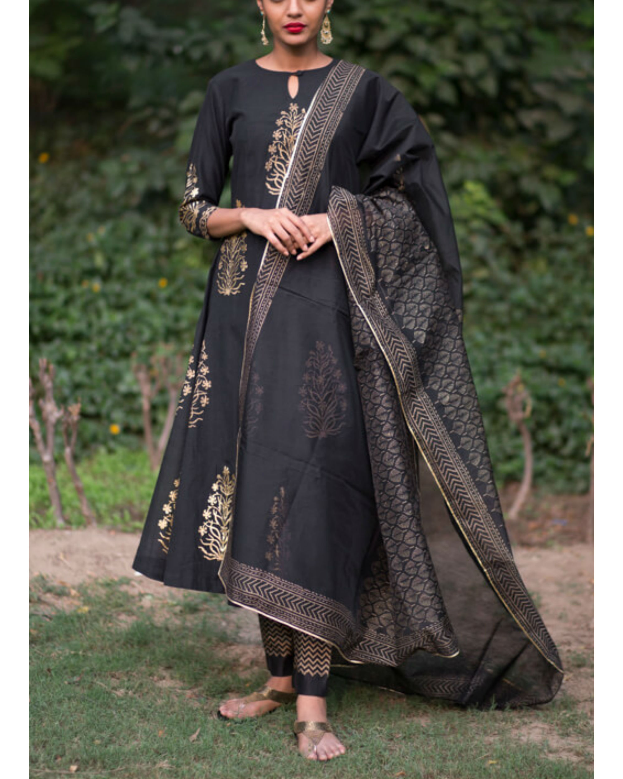 Ahilaya phool kurta set with black mughal bootah dupatta