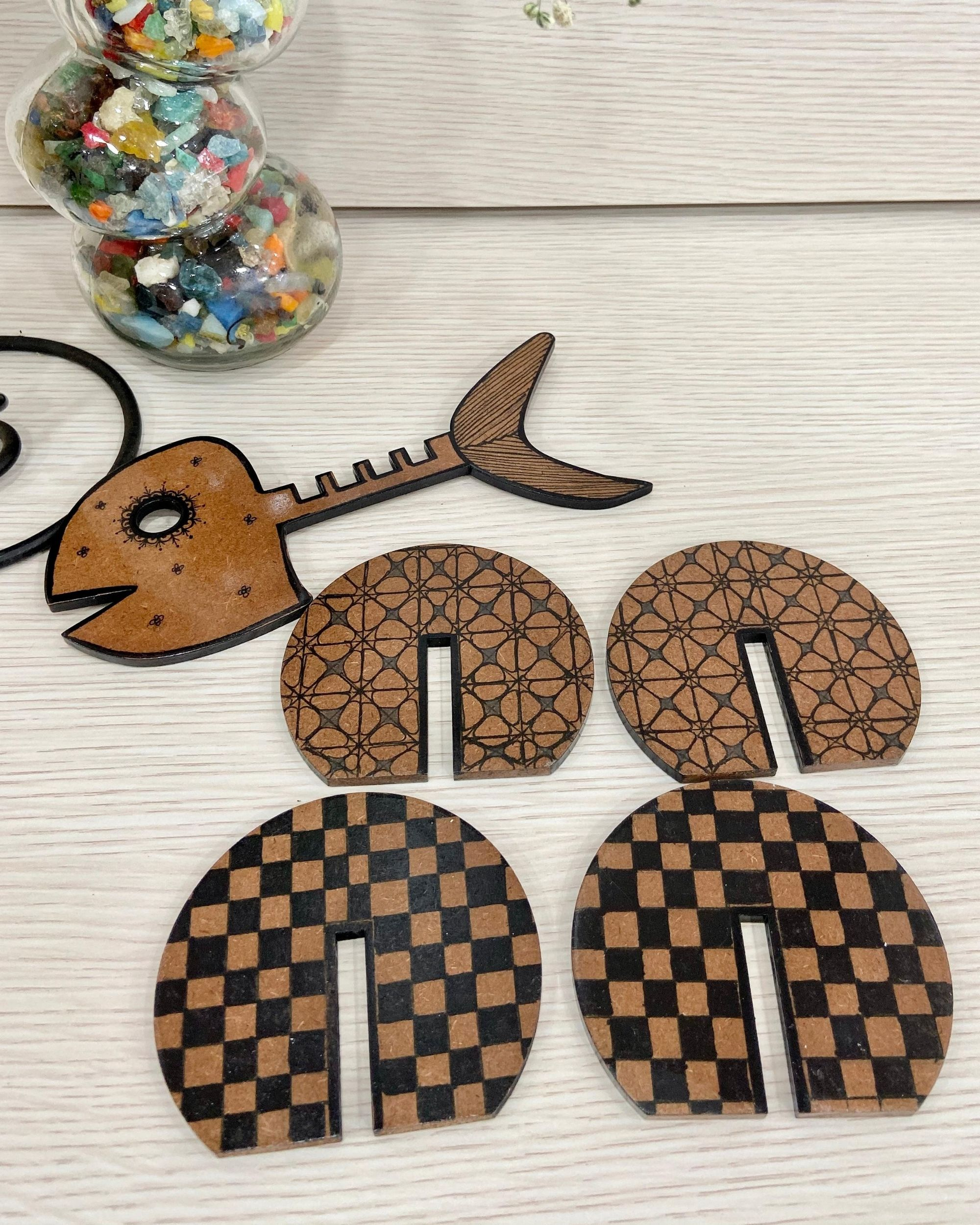 Checkered wooden coasters with fish stand - Set Of Five