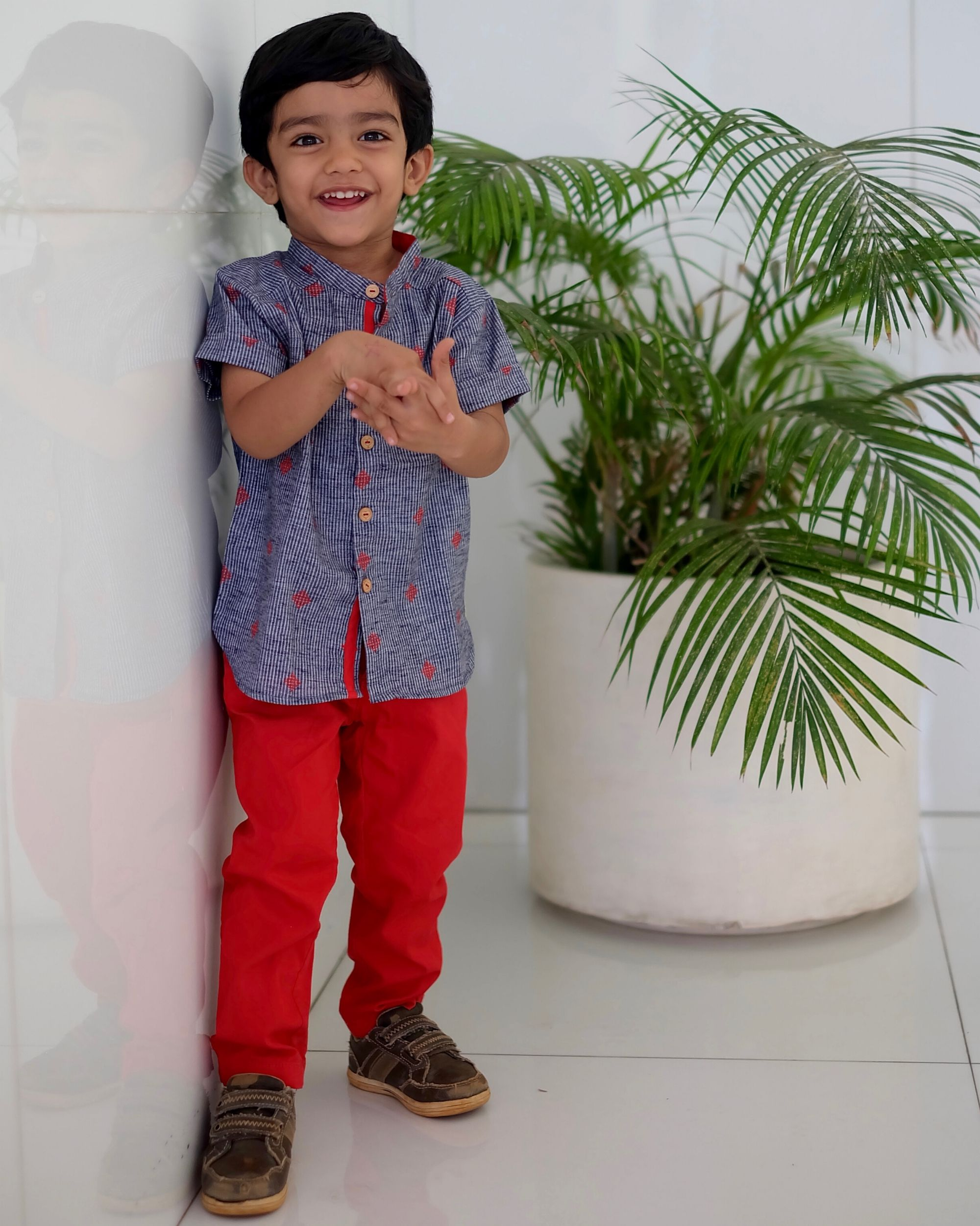 Blue and red mandarin shirt with short sleeves