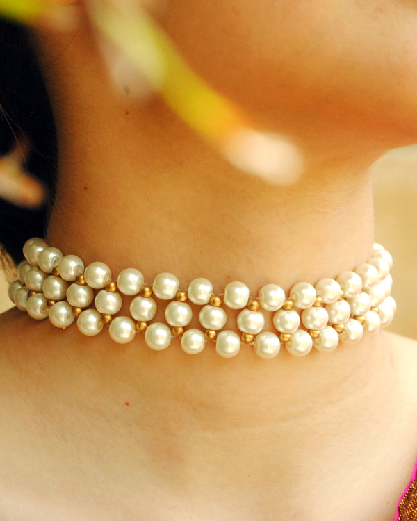 White and golden pearl choker 1