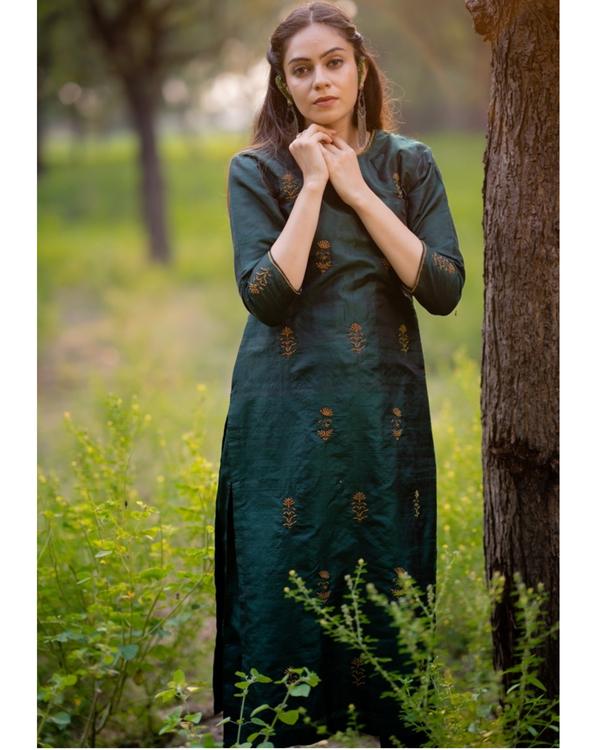 Bottle green aari embroidered kurta set with fuchsia pink dupatta- Set of three 3