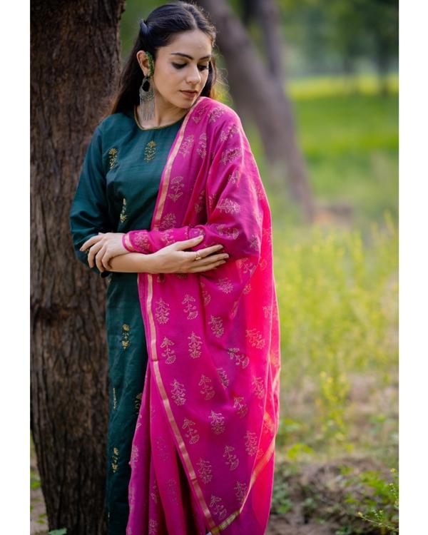 Bottle green aari embroidered kurta set with fuchsia pink dupatta- Set of three 2
