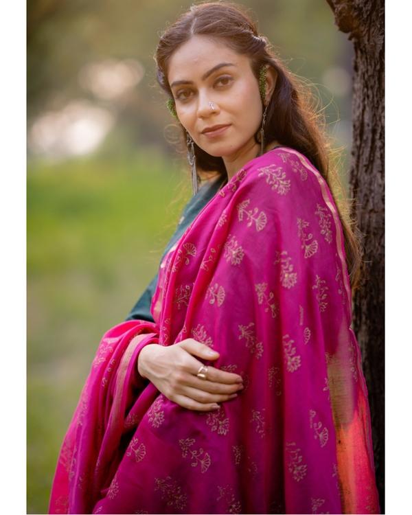 Bottle green aari embroidered kurta set with fuchsia pink dupatta- Set of three 1