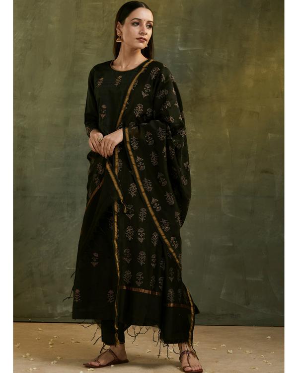 Charcoal black aari embroidered kurta set with black dupatta- Set of three 2