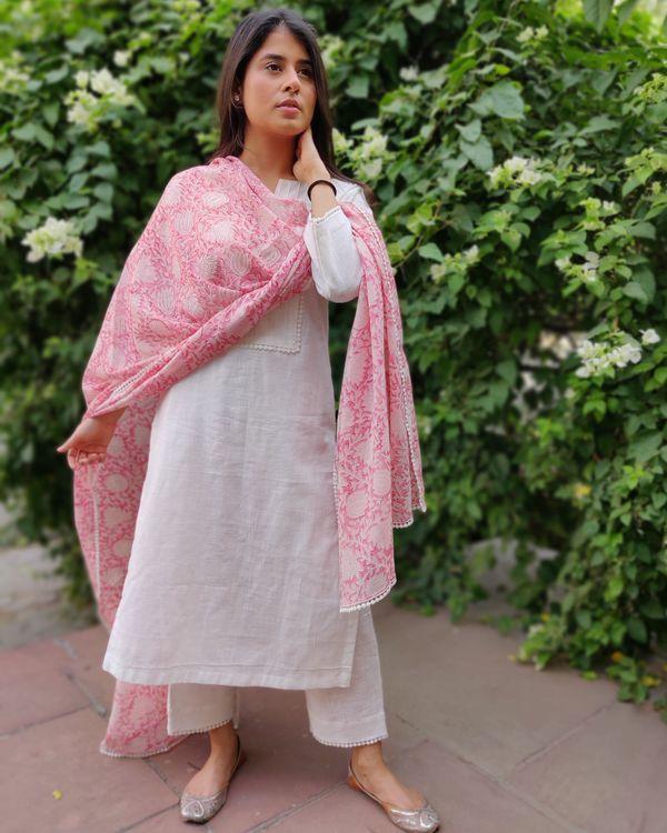 White linen kurta and pants with pink block printed dupatta- Set Of Three 4