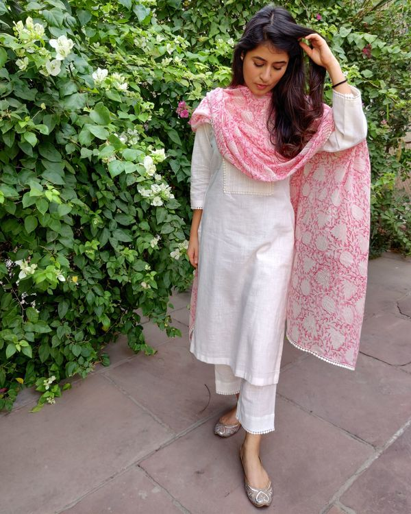 White linen kurta and pants with pink block printed dupatta- Set Of Three 3
