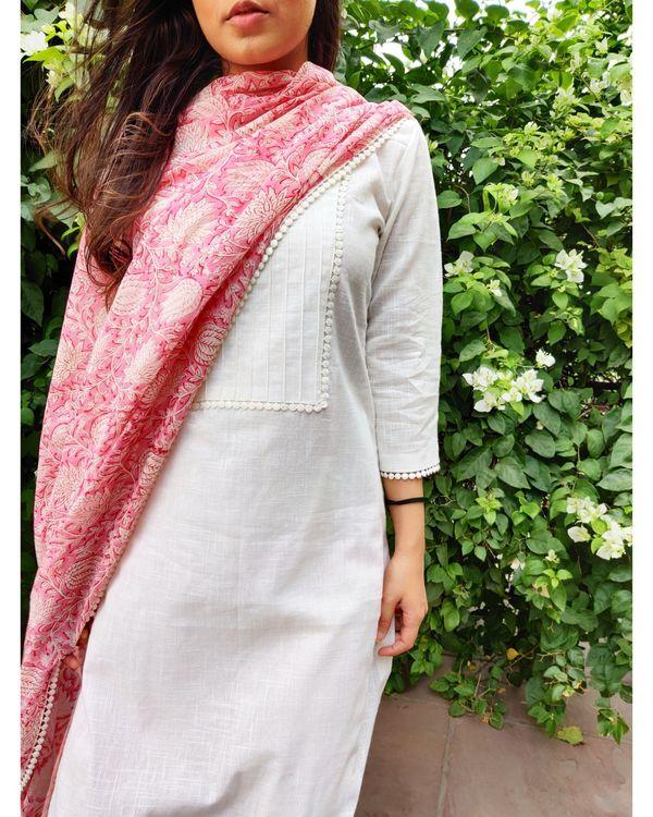 White linen kurta and pants with pink block printed dupatta- Set Of Three 1
