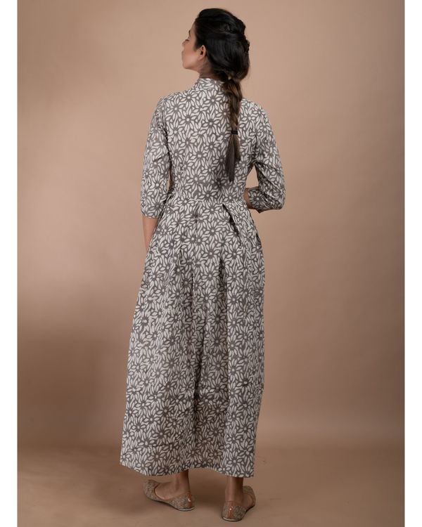 Grey and white floral pleated collar dress 3