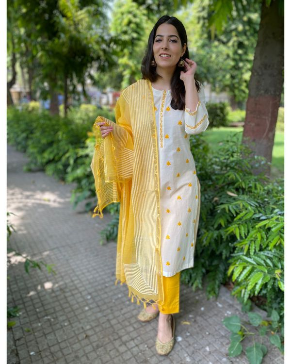 Off white and yellow embroidered kurta and pants with kota dupatta- Set Of Three 2
