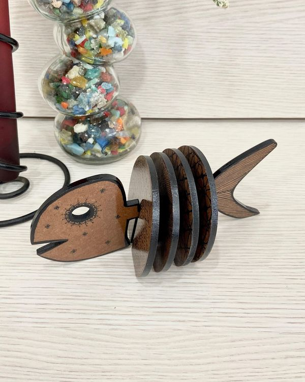 Checkered wooden coasters with fish stand - Set Of Five 1