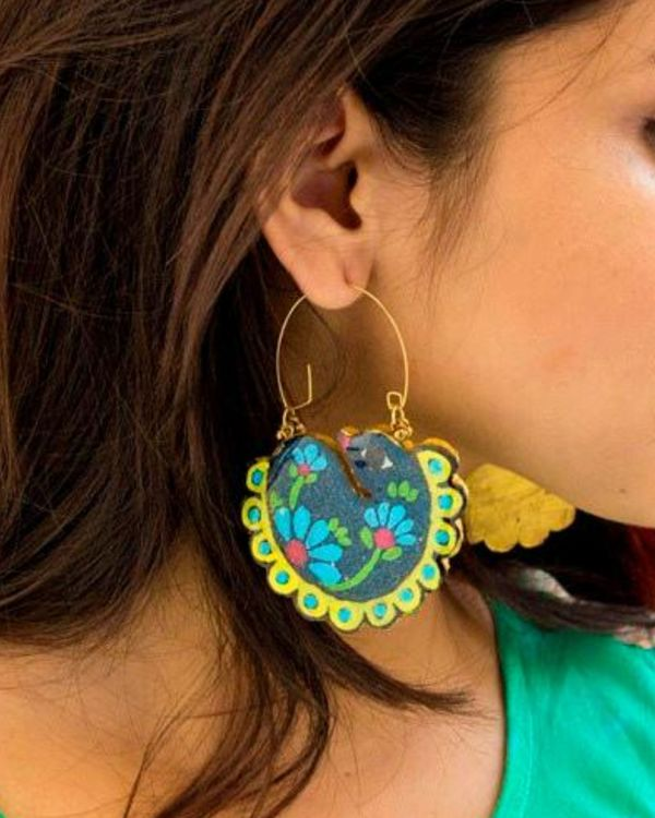 Swan motif hoop earring 1