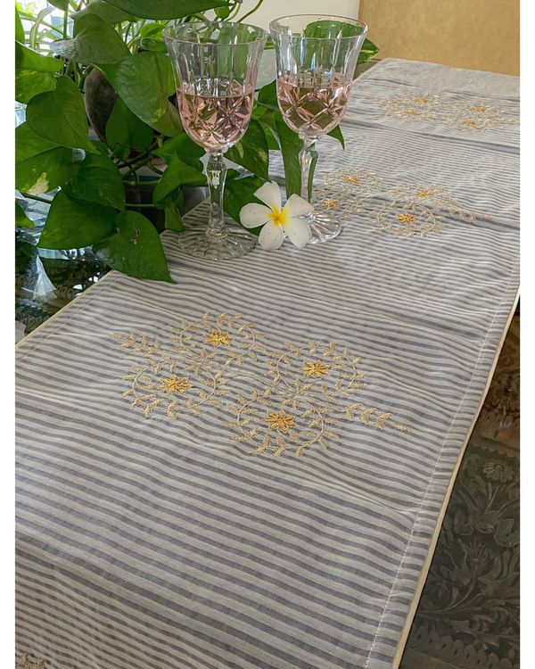 Light grey and white poppy motif table runner 1