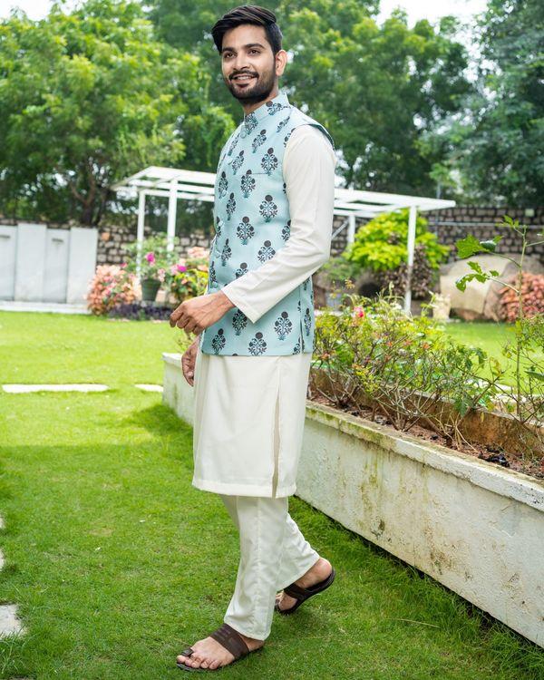 Sea green boota jacket with off white kurta and pyjama - Set Of Three 3
