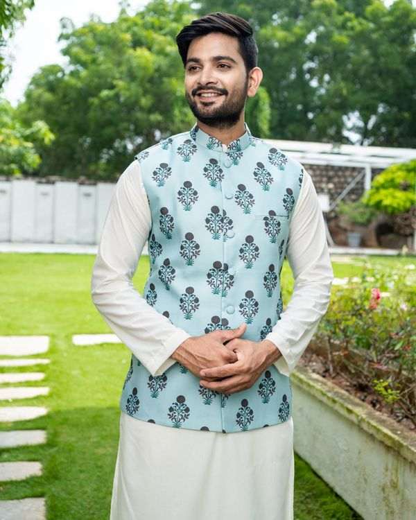 Sea green boota jacket with off white kurta and pyjama - Set Of Three 1