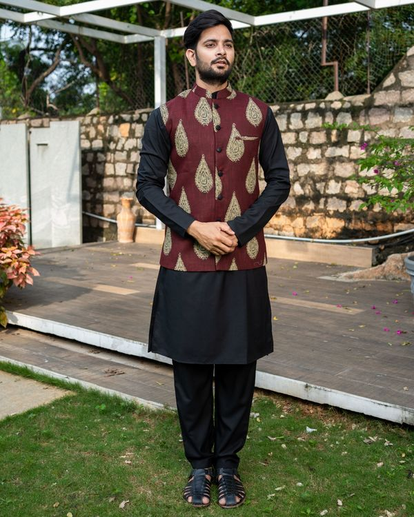 Maroon boota printed nehru jacket with black kurta and pyjama - Set Of Three 3