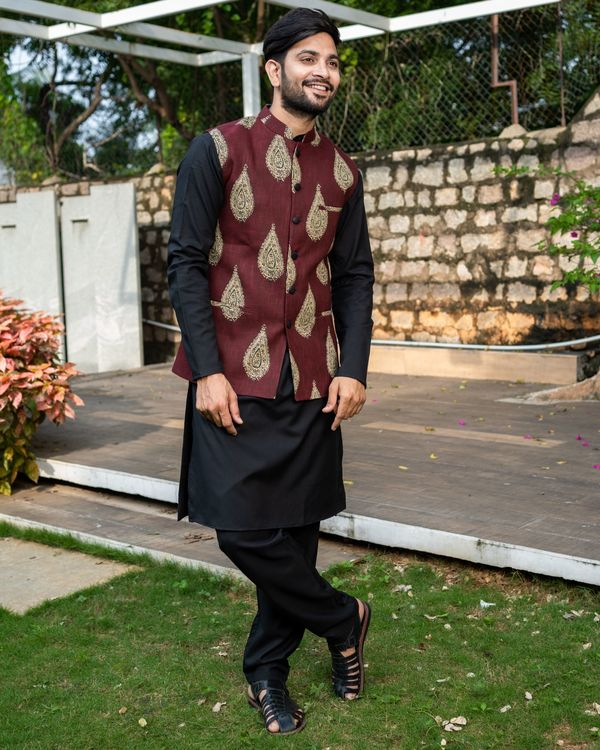 Maroon boota printed nehru jacket with black kurta and pyjama - Set Of Three 2