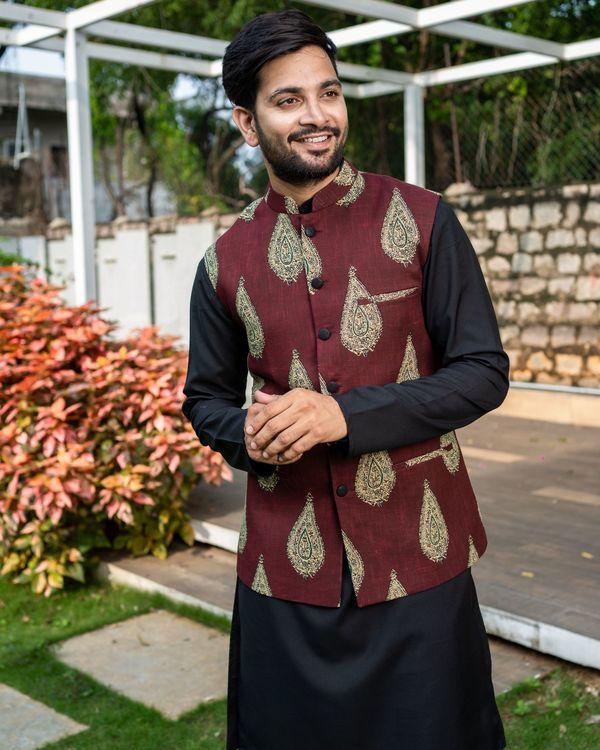 Maroon boota printed nehru jacket with black kurta and pyjama - Set Of Three 1