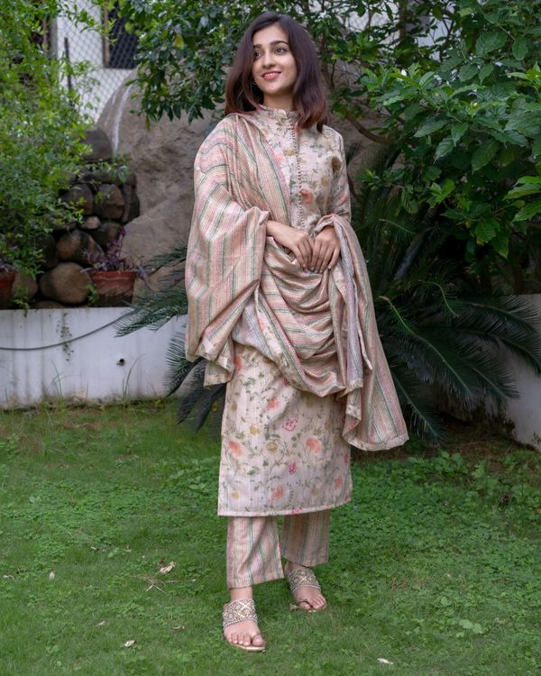 Beige floral printed mandarin kurta with pants and dupatta - Set Of Three 5