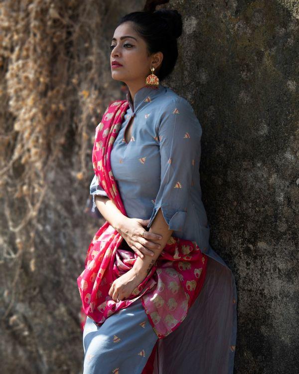 Grey boota chanderi kurta with rani pink pants and tussar dupatta - Set Of Three 2