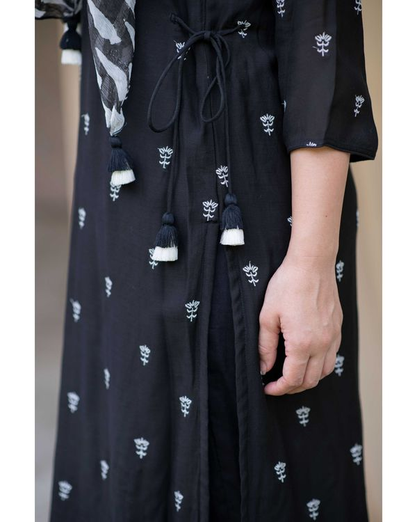 Black embroidered kurta and pants with printed stole - Set Of Three 2
