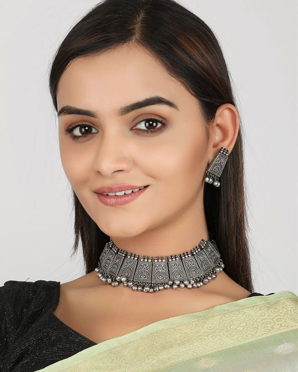 Floral engraved choker with earrings - set of two 1