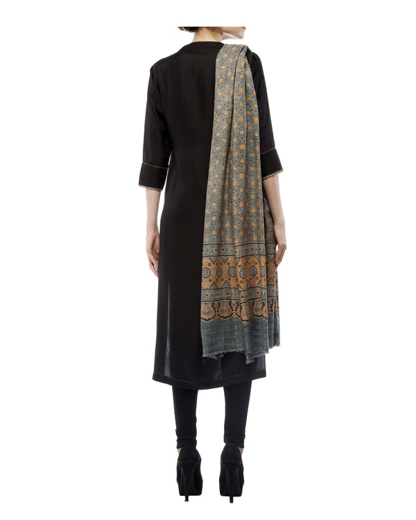 Embroidered yoke kurta, comes with a legging and ajrakh dupatta 2