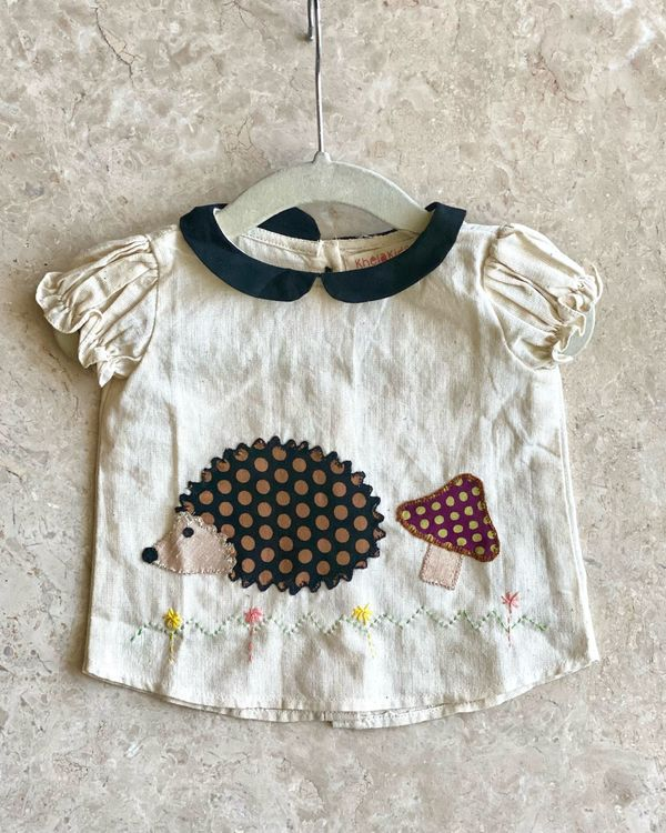 Off white hedgehog top with red knickers - set of two 1